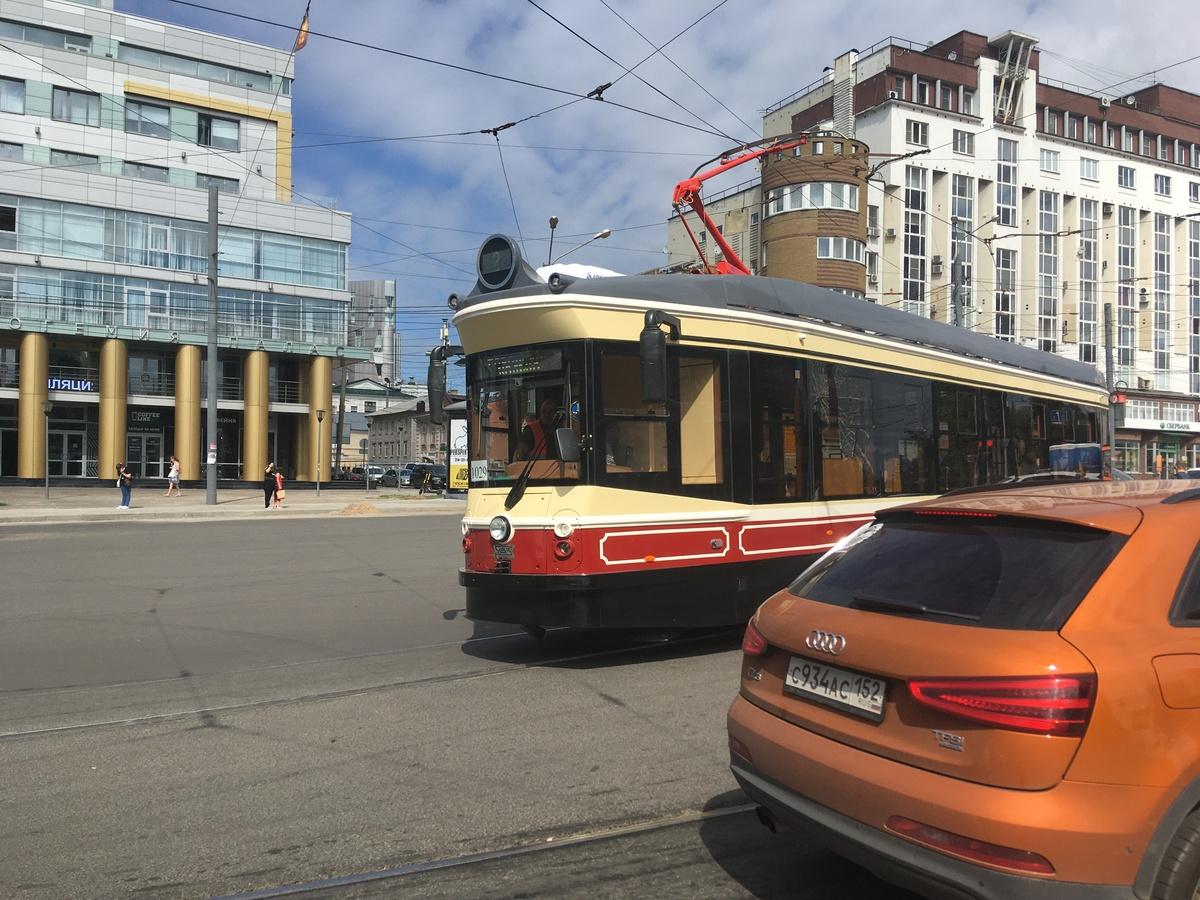 Стекло с трещиной заметили на новом ретро-трамвае в Нижнем Новгороде - фото 1