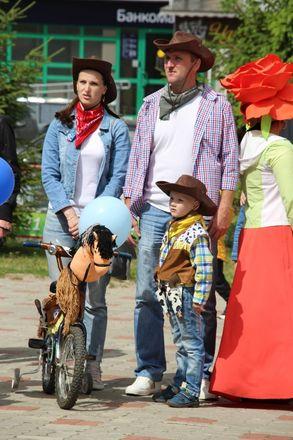 Бэтмены и принцессы стали участниками парада колясок на Бору - фото 2
