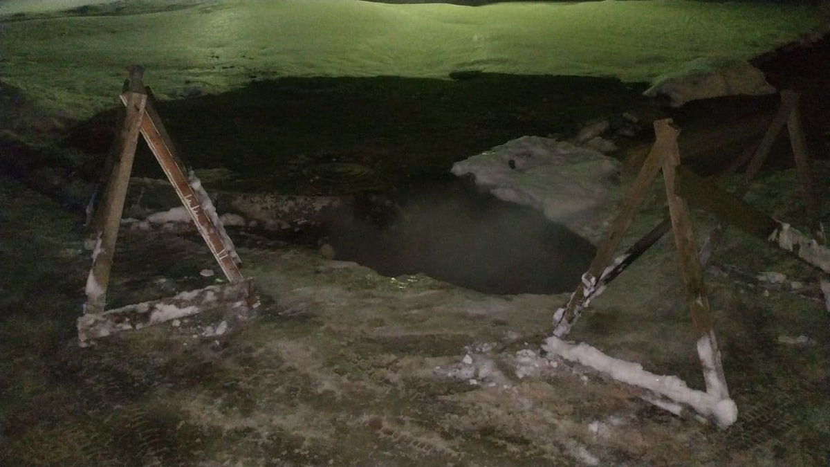 Девушка провалилась в яму с горячей водой в Дзержинске - фото 1