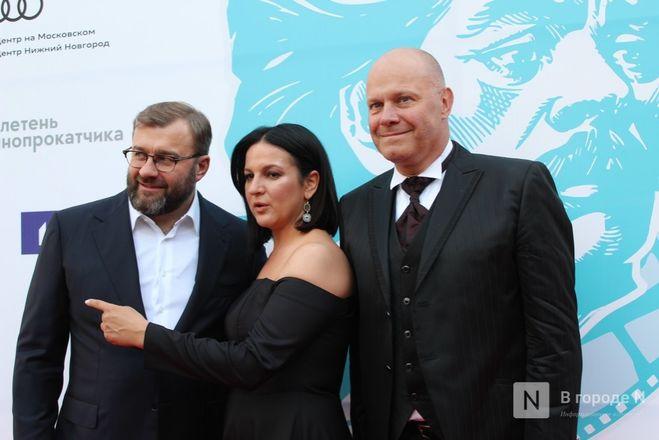 Маски на красной дорожке: звезды кино приехали на «Горький fest» в Нижний Новгород - фото 56