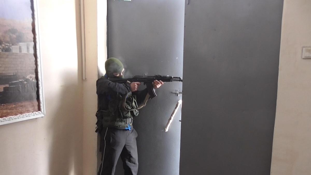 Ликвидацию условной террористической атаки на воинскую часть отработали в Володарском районе - фото 2