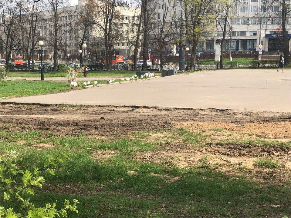 В Нижнем Новгороде изуродовали газон в сквере на площади Горького - фото 2