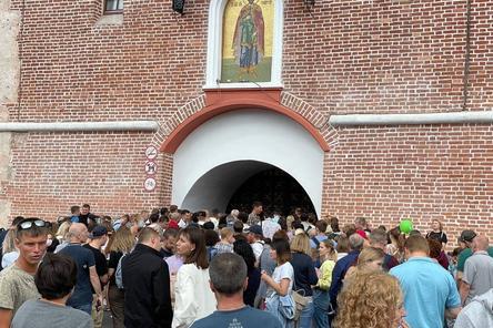 Толпа образовалась у входа в Нижегородский кремль
