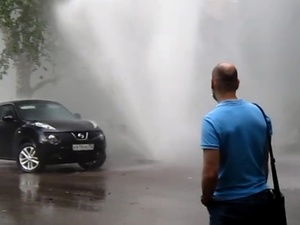 Многометровый гейзер забил из-под земли на улице Володарского