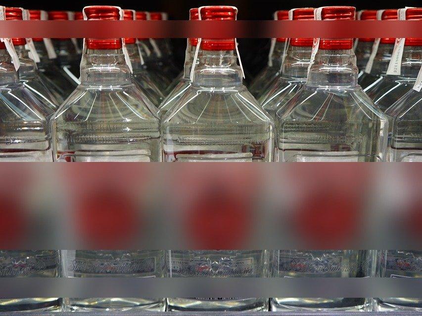 Больше 7,5 тысяч бутылок «паленой» водки нашли полицейские на складе в Дзержинске - фото 1