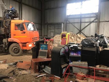Следователи показали, как уничтожают изъятые игровые автоматы