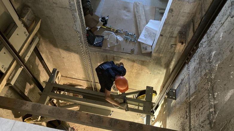 Лифты начали устанавливать в двух домах ЖК «Новинки Smart City» - фото 1