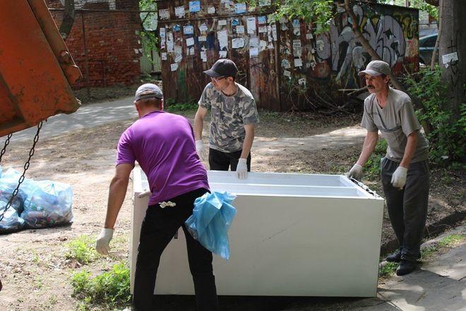 Грузовик мусора вывезли из Почаинского оврага в ходе субботника - фото 2