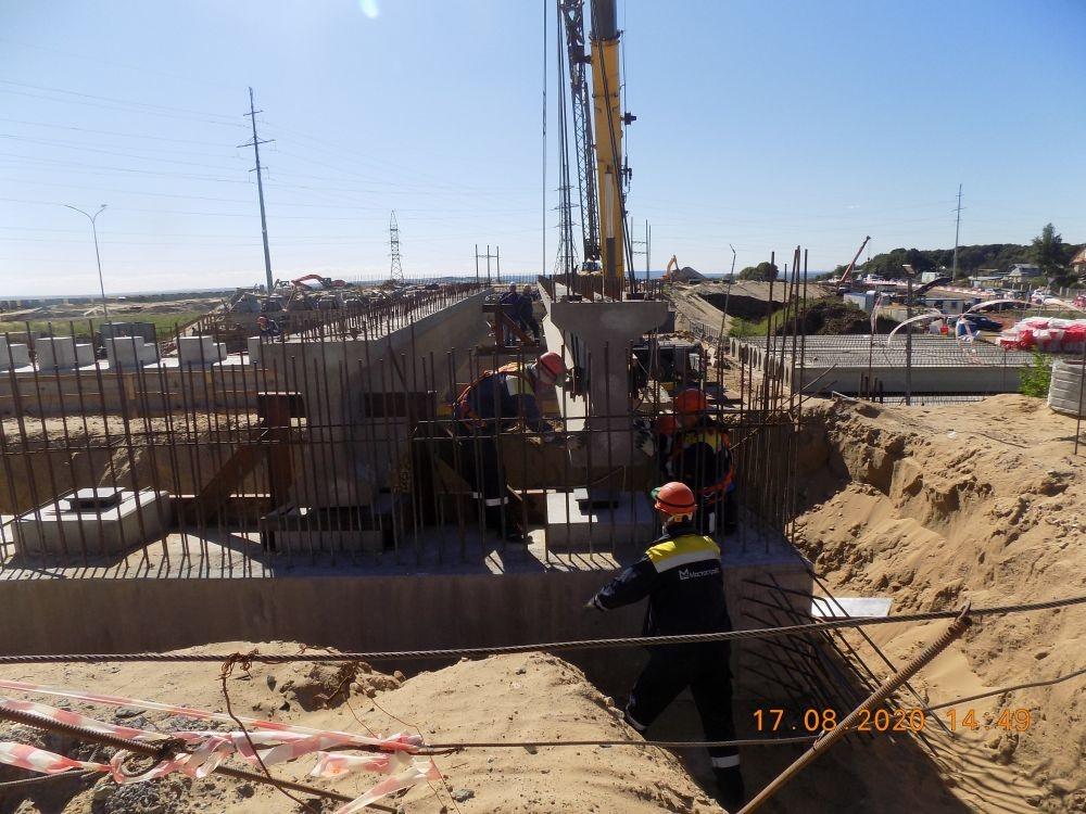 Опоры путепровода будущей транспортной развязки установили у деревни Ольгино - фото 1